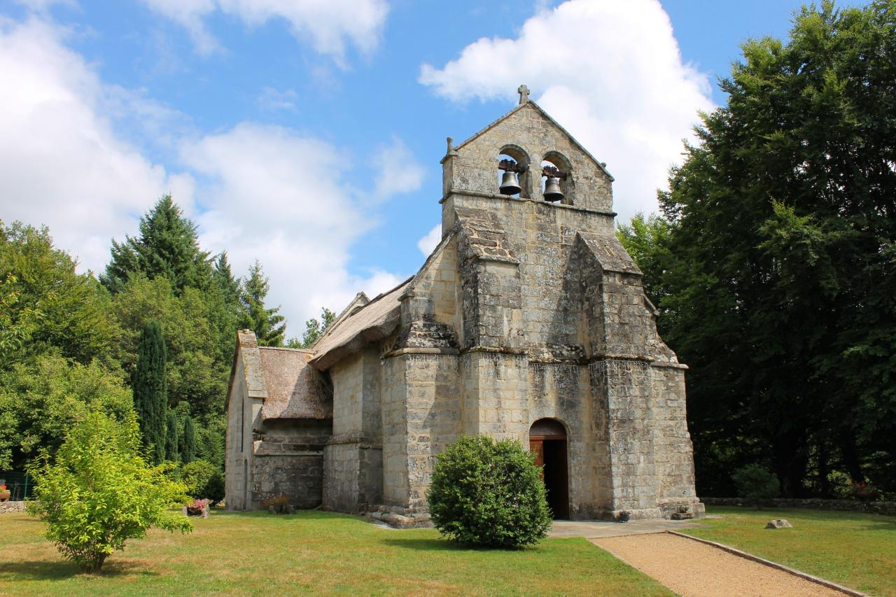 Dernière église au toit de chaume de France, au village de Lestards